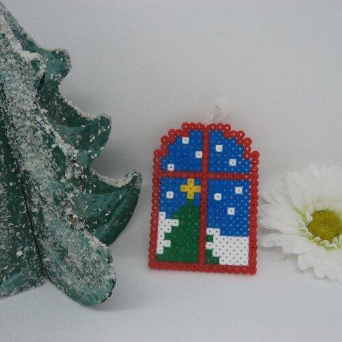 Un Cadre Fenêtre à Suspendre Décor Sapin De Noël En Perles