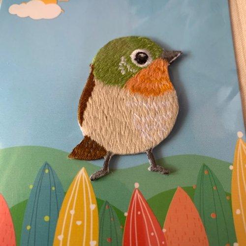Appliqué petit oiseau, un verdier brodé, vert, orange et beige, 3.2/4.5 cm, vente à la pièce