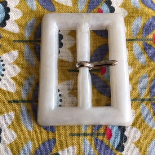 Boucle de ceinture, en plastique, blanc, veiné, attache en métal couleur argent, 4.5 cm/3.5 cm, neuve