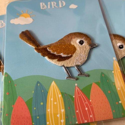 Appliqué petit oiseau, moineau brodé, beige et brun, 5.6 cm sur 4 cm de haut, vente à la pièce