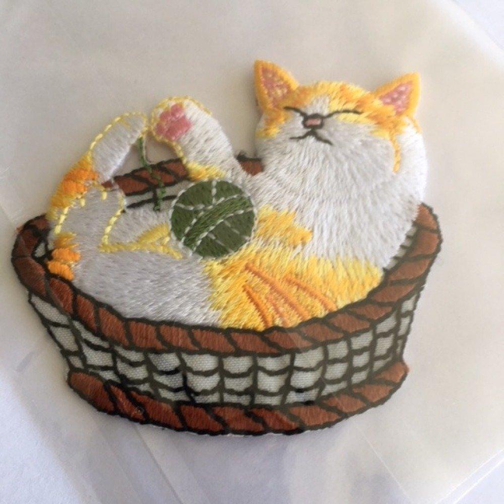 Appliqué à coller, chat endormi dans son panier, tellement mignon !  5.8/5.3 cm, neuf, vente à l'unité