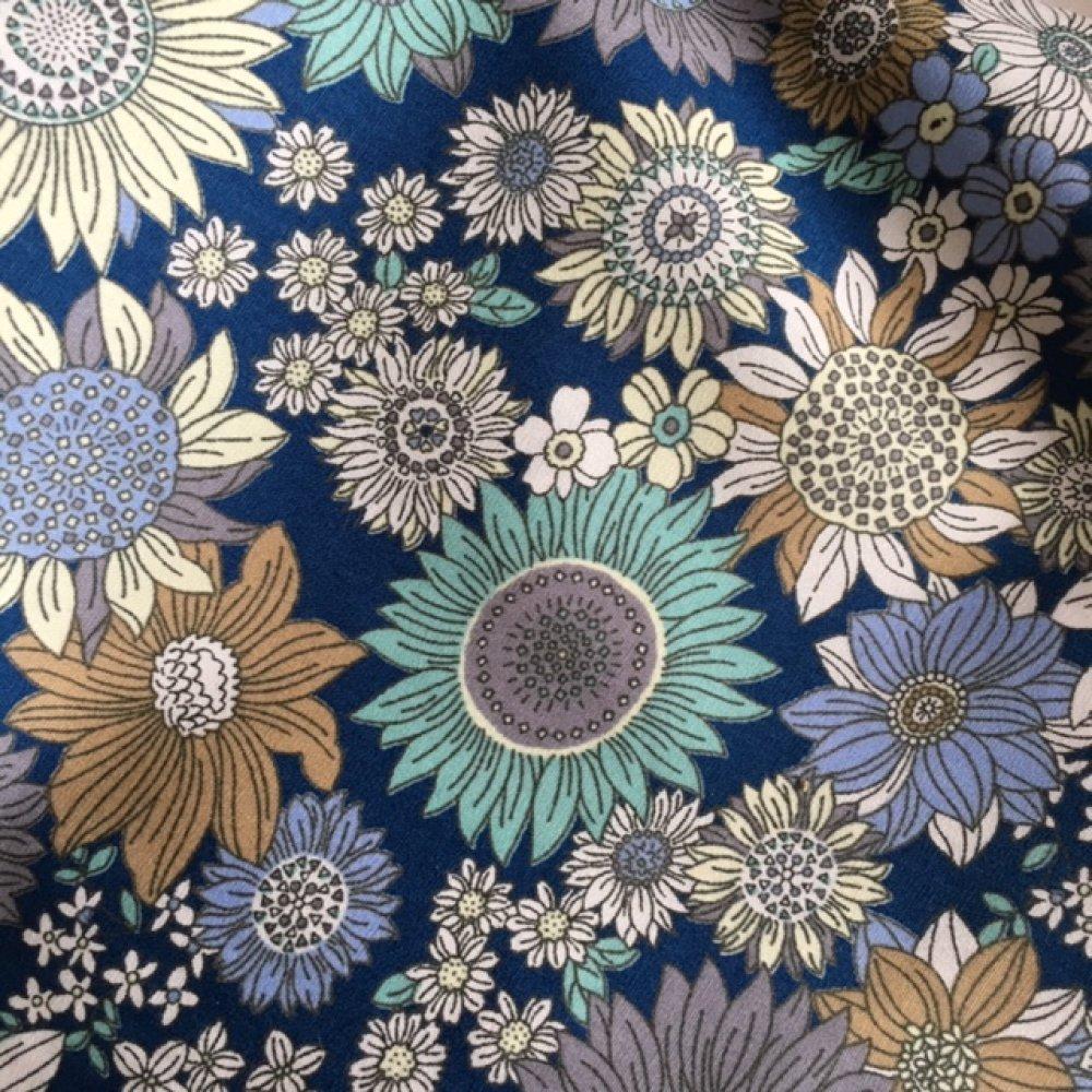 Nouveau : Tissu imprimé, en popeline de coton, fleurie, tons de bleu, crème et blanc, Rose et Hubble, vente par 25 cm/114 cm