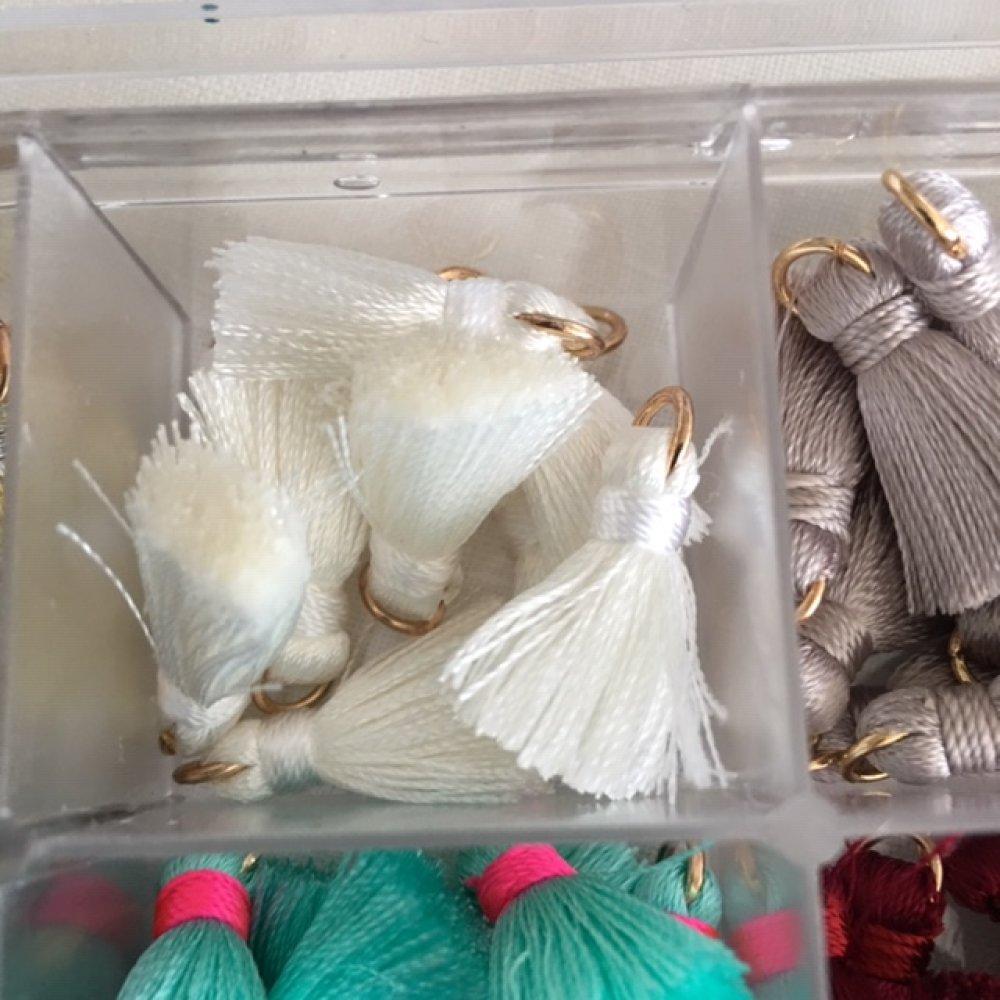 Mini pompon en rayonne, blanche, breloque pour bijoux, 2 cm de haut, attache de 5 mm, à l'unité