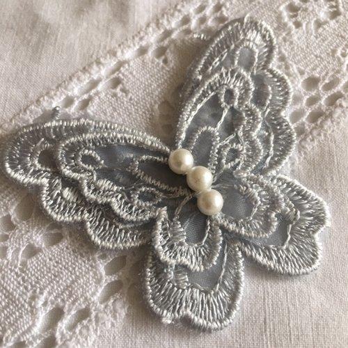 Embellissement, papillon brodé, bleu gris, 3 perles, 4 ailes, il mesure 6.5/5.5 cm, neuf, vente à l'unité