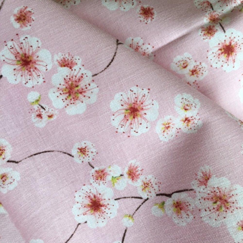 Tissu en coton, Gütermann, fleurs de cerisiers blancs sur coton rose pâle, laize de 145cm, vente par 25 cm de haut