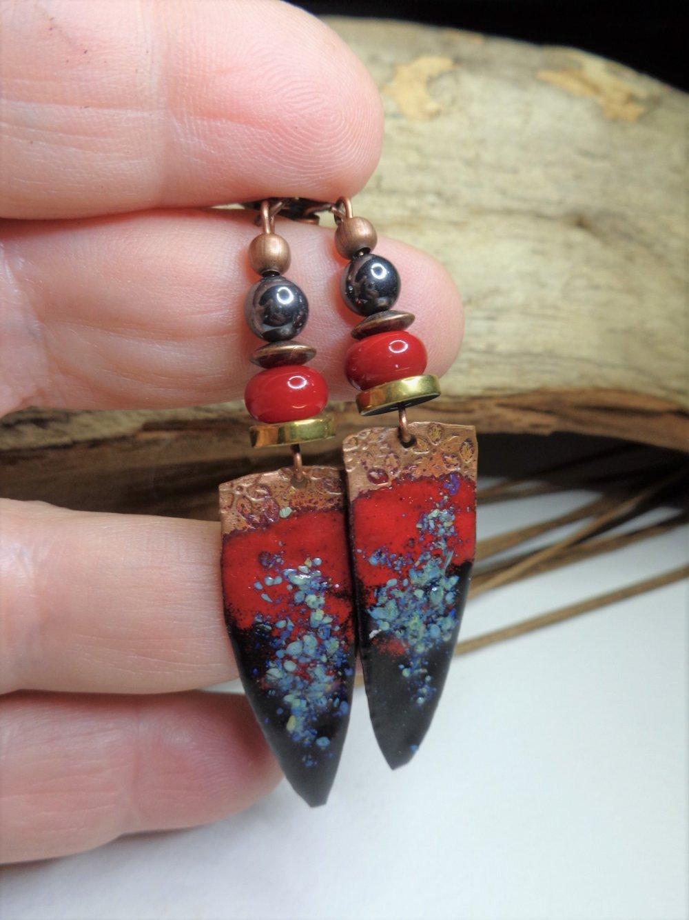 Boucles d'oreille rustiques urbain/boho chic, perles au chalumeau, cuivre émaillé, hématite, noires et rouges, boucles bohèmes