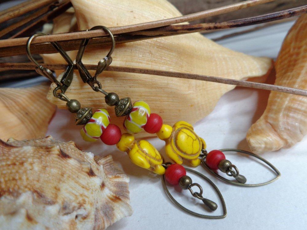 Boucles d'oreille ethniques tortues, jaune et rouge, perles chevron du Népal, howlite, bohèmes, cadeau femme