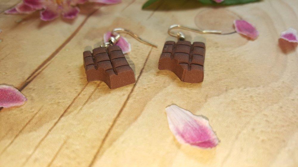Boucles d'oreilles petite tablette de chocolat noir croquée FIMO