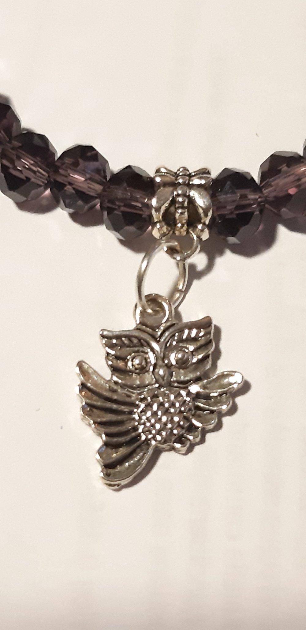 Bracelet élastique perles cristal facettées prune et breloque chouette