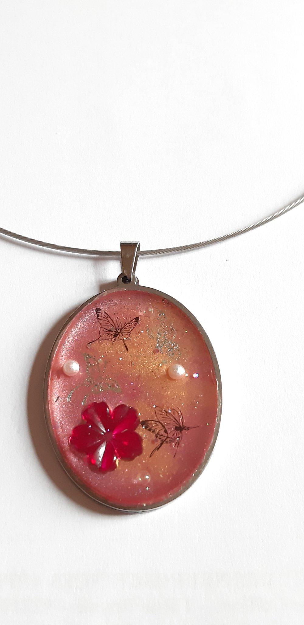 Collier avec pendentif rose en resine et incrustations