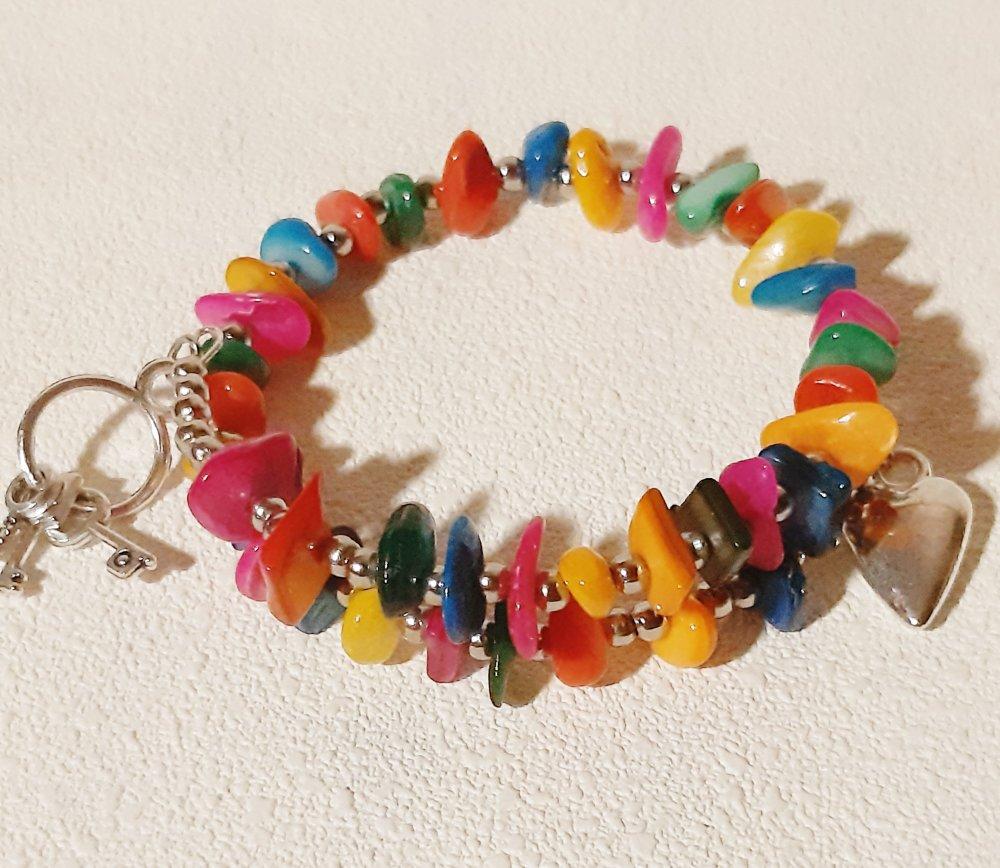Bracelet fil à mémoire avec perles en nacre multicolores