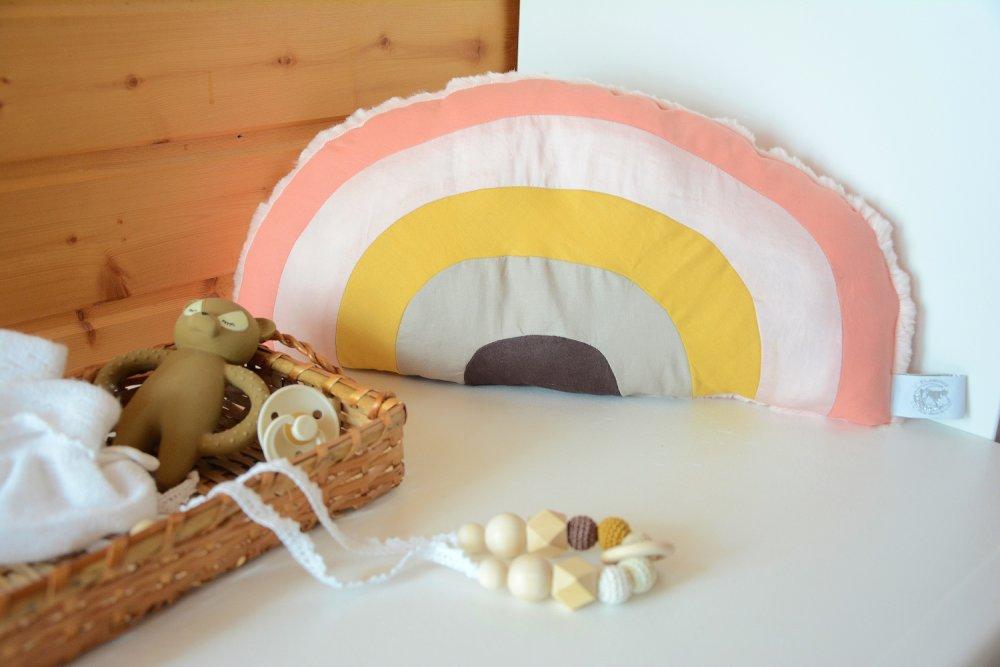 Coussin Arc-en Ciel pour chambre de bébé marron, moutarde et rose - Pièce Unique
