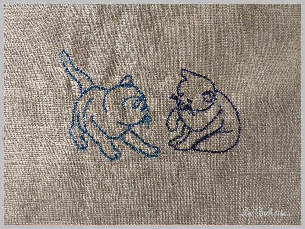 Bavoir toile enduite et éponge motif chats bleu