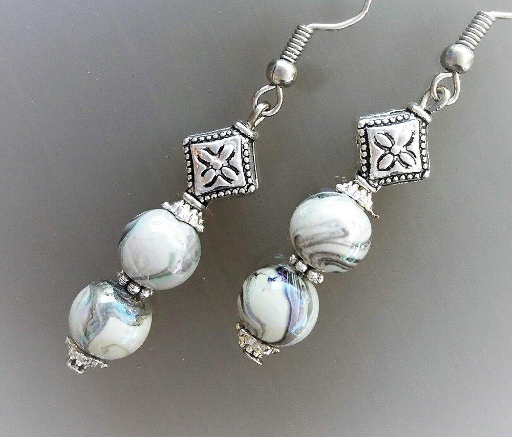 Boucles d'oreilles coloris argent et perles grises