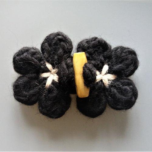 Attache brandebourg fleur tricotée noire et bouton bûche en bois
