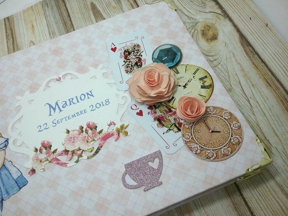 Livre d'or Alice au pays des merveilles nuances de rose style vintage