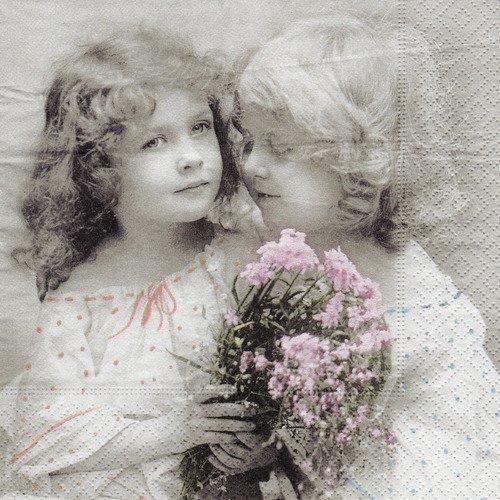 Serviette rétro petite fille au bouquet champêtre