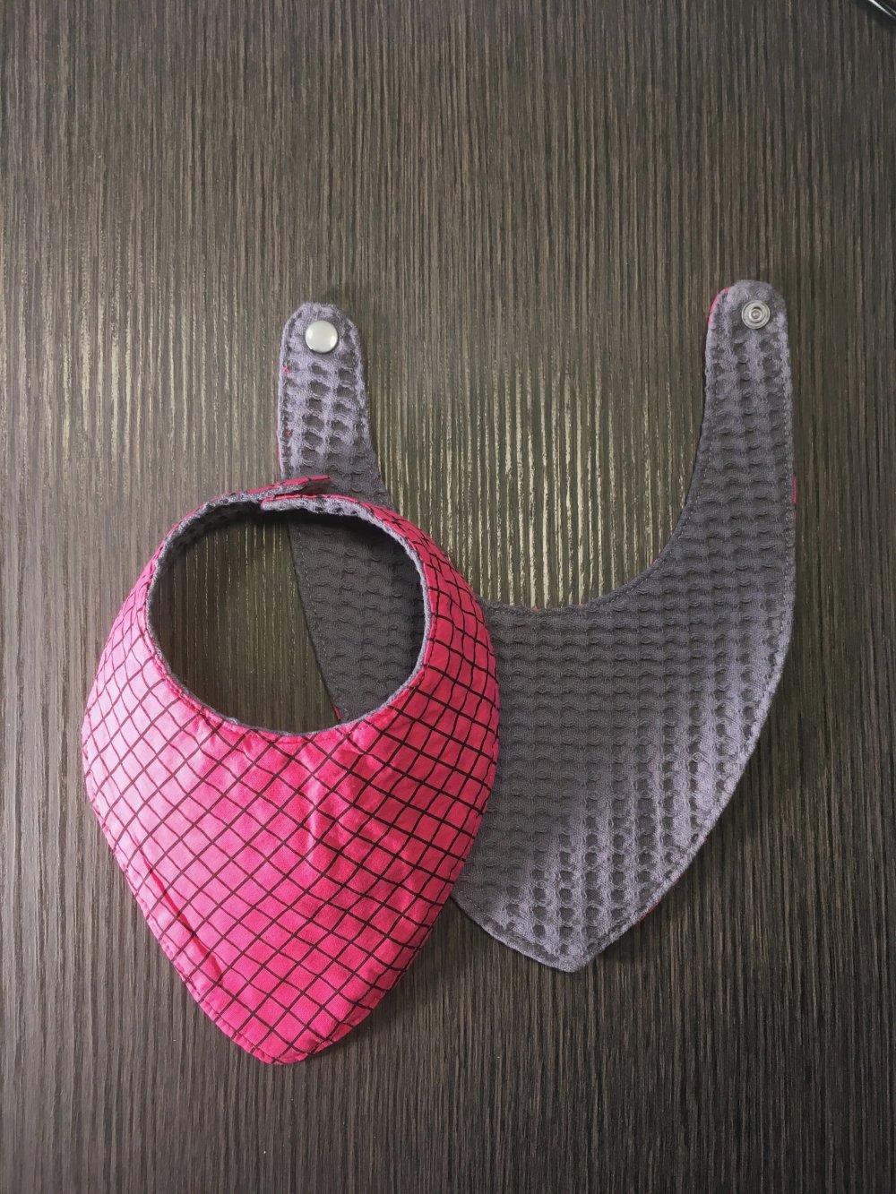 Bavoir bandana carré rose