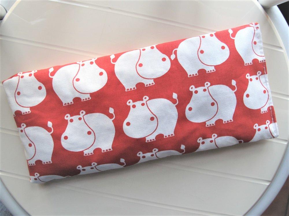 Bouillotte sèche Coussin chauffant en noyaux de cerise et tissu motifs Rhinocéros blancs sur fond rouge