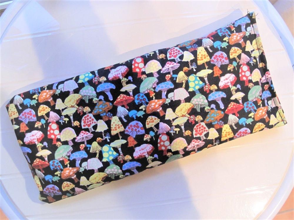 Bouillotte sèche Coussin chauffant en noyaux de cerise et tissu motifs Champignons multicolores sur fond noir