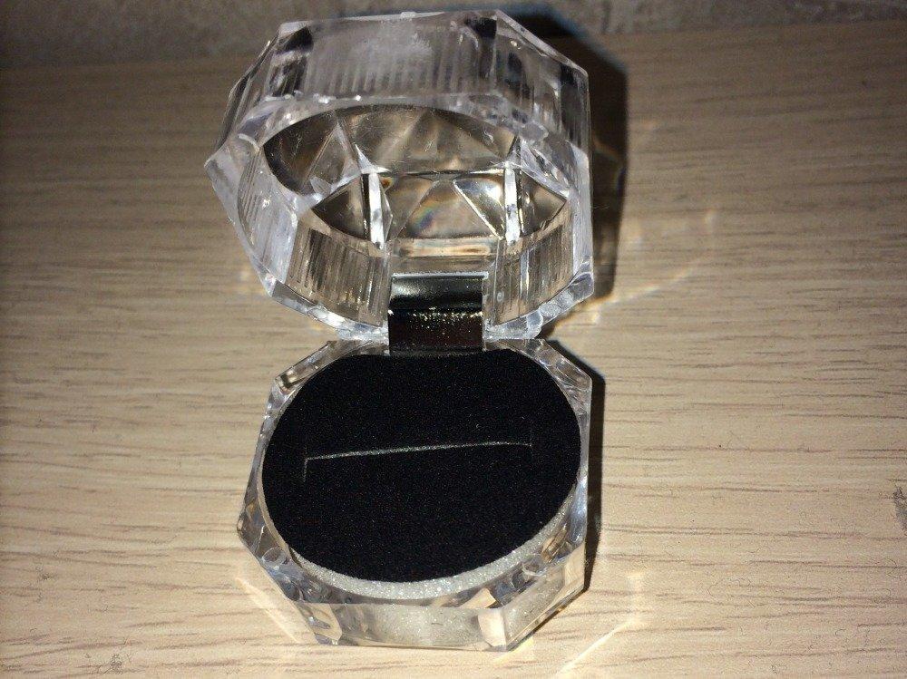 boite cadeau bague de couleur fond noir