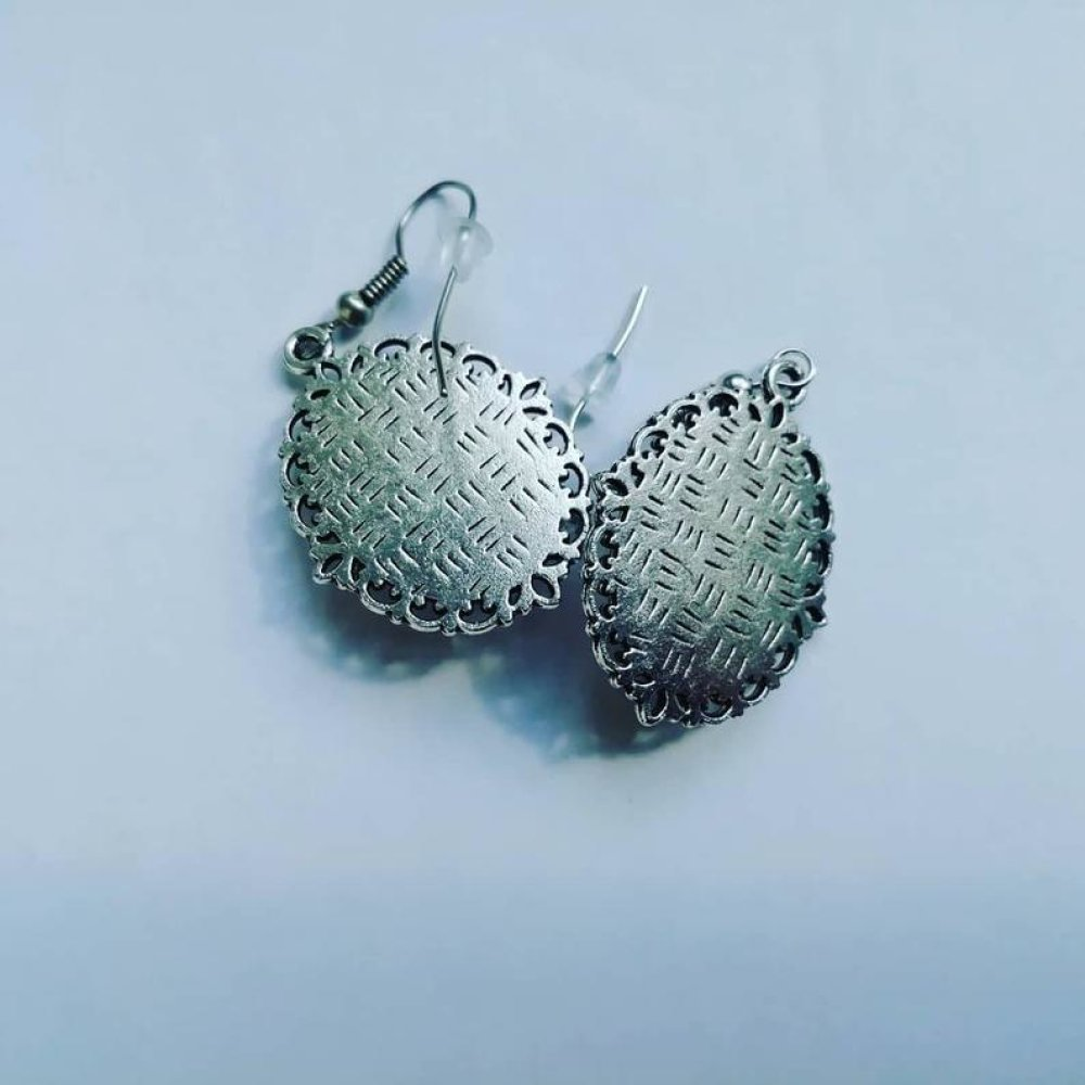Boucles d'oreilles pendantes avec camée floral support argenté