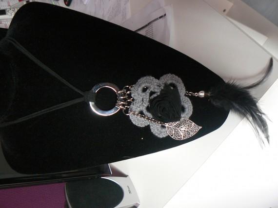 collier sautoir gris noir cordon coton et plume