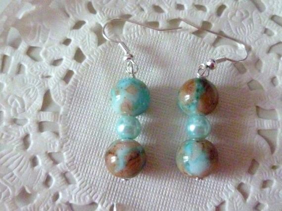 Bijoux fantaisie femme : boucles d'oreille pendantes perles marbrées bleu et marron