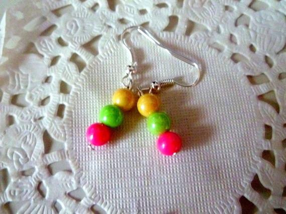 Boucles d'oreille fantaisie perles nacrées rose, verte et jaune@laboutiquedenath