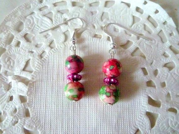 Boucles d'oreille fantaisie perle marbrée violet, vert et blanc@laboutiquedenath
