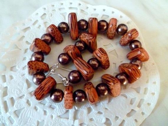 Bijoux ethniques : boucles d'oreille et bracelet perles bois de palmier et perles nacrées marron@laboutiquedenath