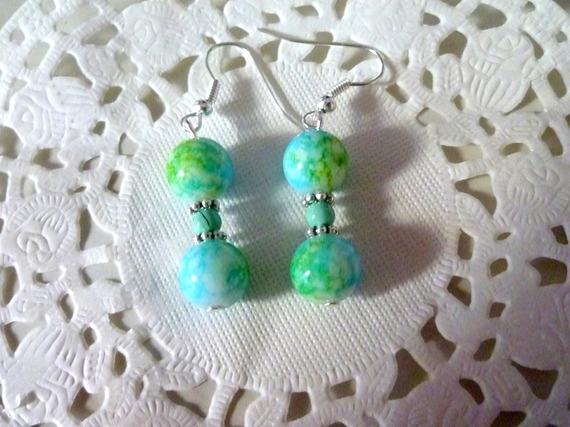 Bijoux fantaisie : boucles d'oreille pendantes perles vertes marbrées et perle nacrée verte