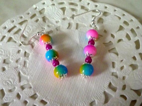 Bijoux fantaisie : boucles d'oreille perles arc-en-ciel et perles roses