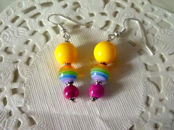 Bijoux fantaisie : boucles d'oreille pendantes perle jaune, arc en ciel et rose