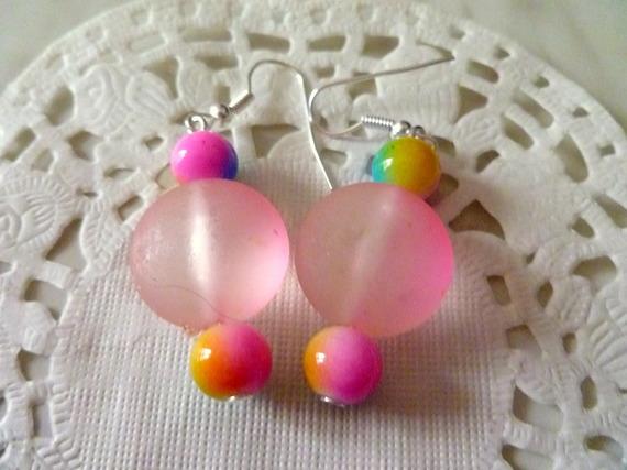 Bijoux fantaisie : boucles d'oreille perle ronde rose translucide et perles arc en ciel