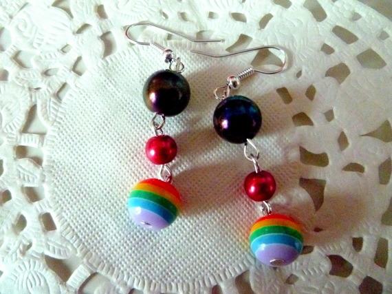 Bijoux fantaisie : boucles d'oreille pendantes souples perles noire, rouge et arc en ciel