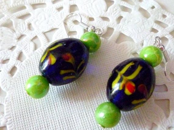 Boucles d'oreille perle porcelaine forme olive fond bleu avec fleurs peintes et perles vertes