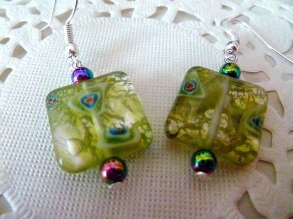 Boucles d'oreille perle verre carré feuille d'argent verte et perles hématite multicolores