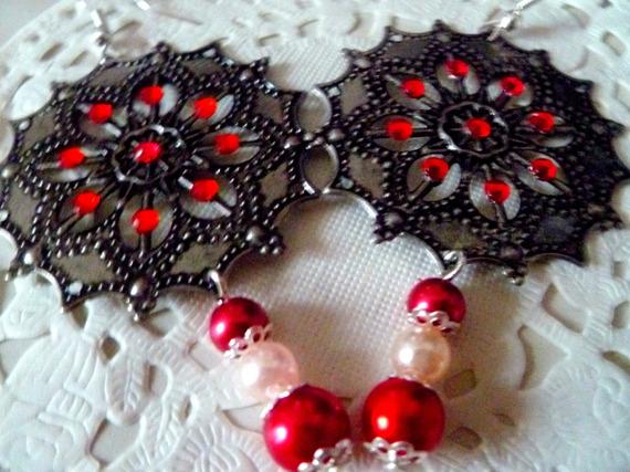 Boucles d'oreille estampe métal couleur argent mat et strass rouges et pendant perles rouges et blanche