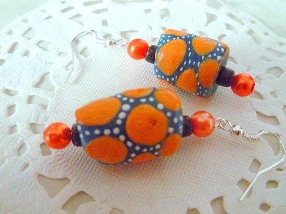Boucles d'oreilles ethniques perle de verre cylindre bleu, jaune et blanc plus perles coco et perle nacrée orange