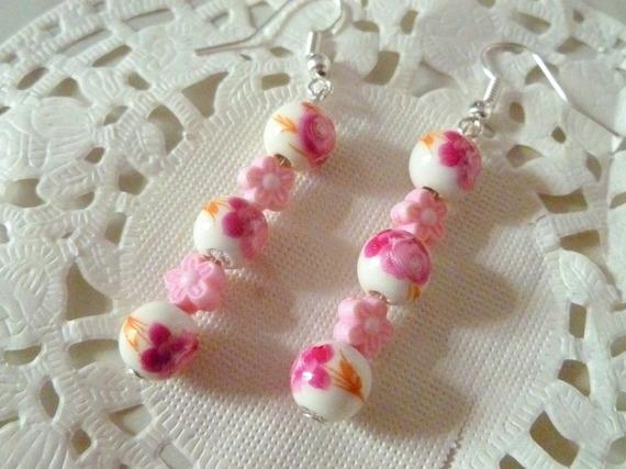 Boucles d'oreilles fleurs roses sur perle céramique fond blanc et perle forme fleur rose