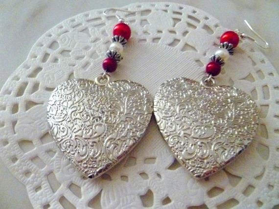 Boucles d'oreilles gros coeur couleur argent et perles rouges et blanche
