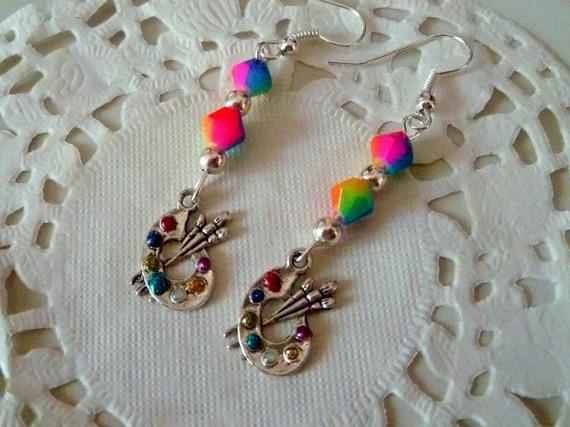 Boucles d'oreilles pendantes palette peintre strass multicolores et perles facettes arc en ciel