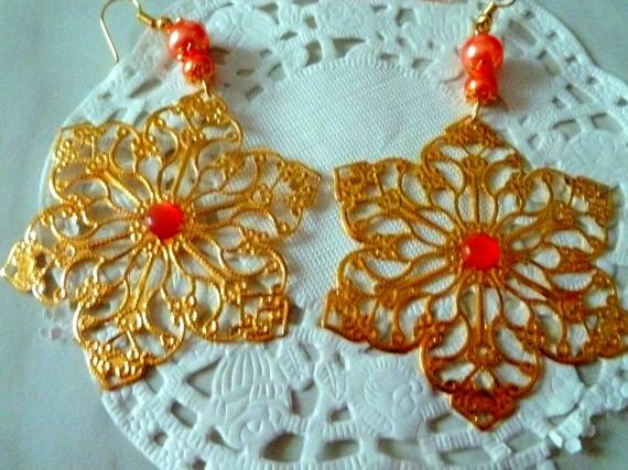 Boucles d'oreille grande fleur dorée avec son coeur perle oeil de chat orange
