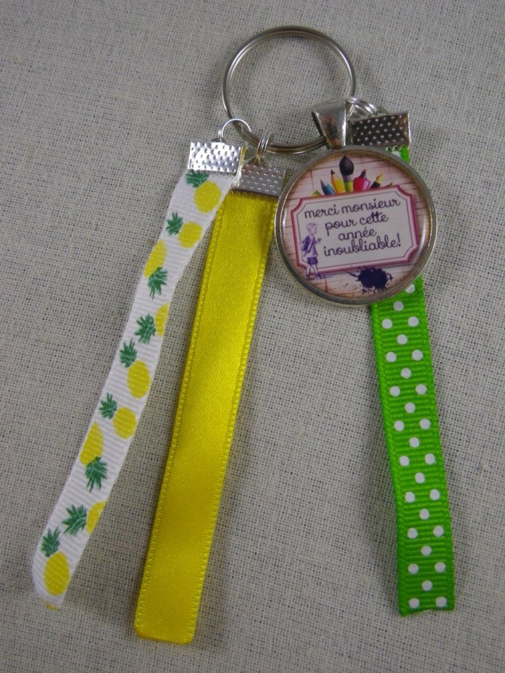 """Porte clés vert et jaune """"Merci monsieur pour cette année inoubliable"""""""