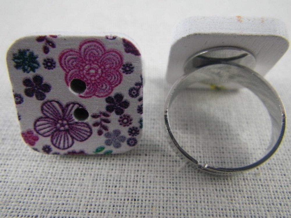 Bague bouton carré en bois fleurs violettes et roses