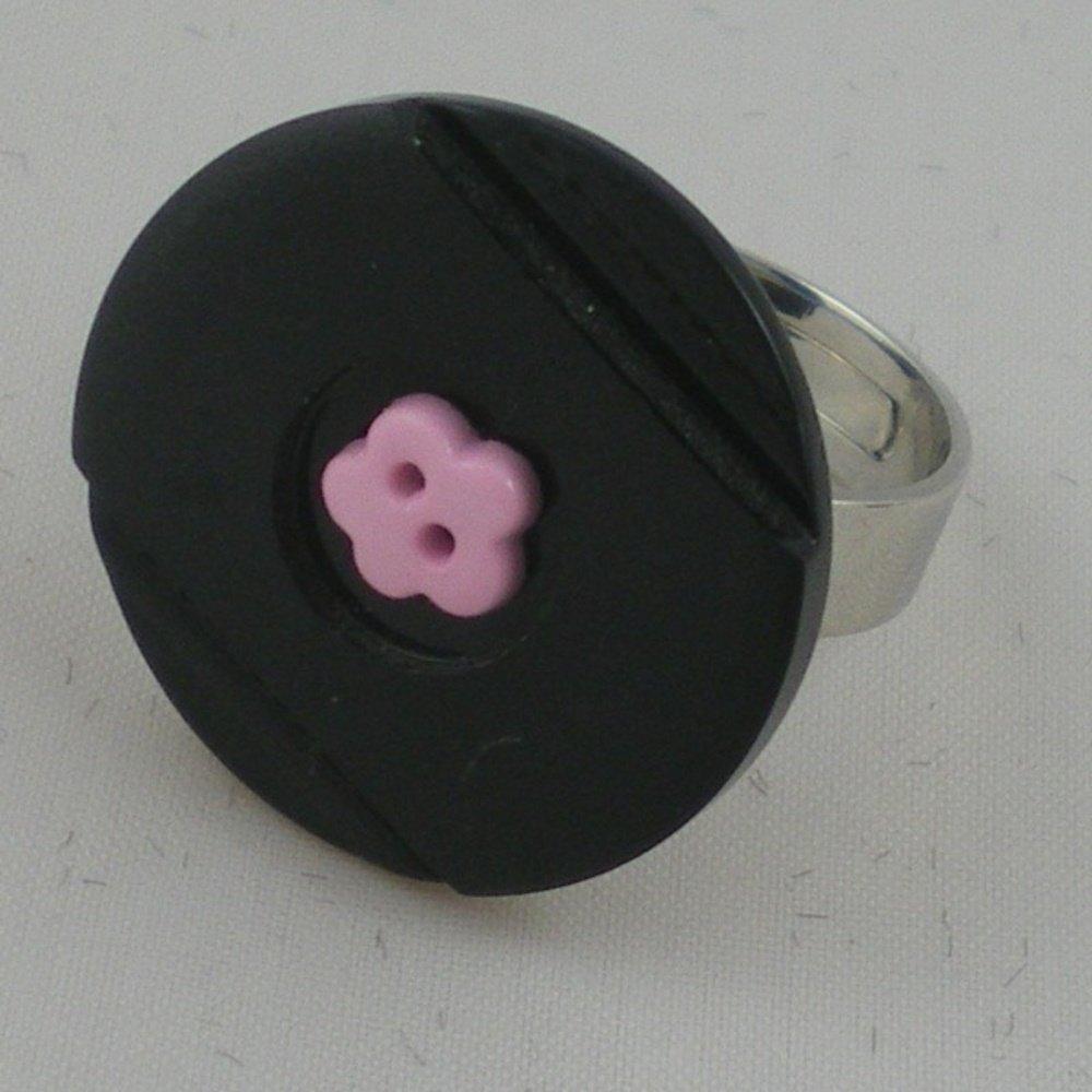 Bague composée d'un bouton noir et d'un bouton rose fixés sur un support de bague ajustable