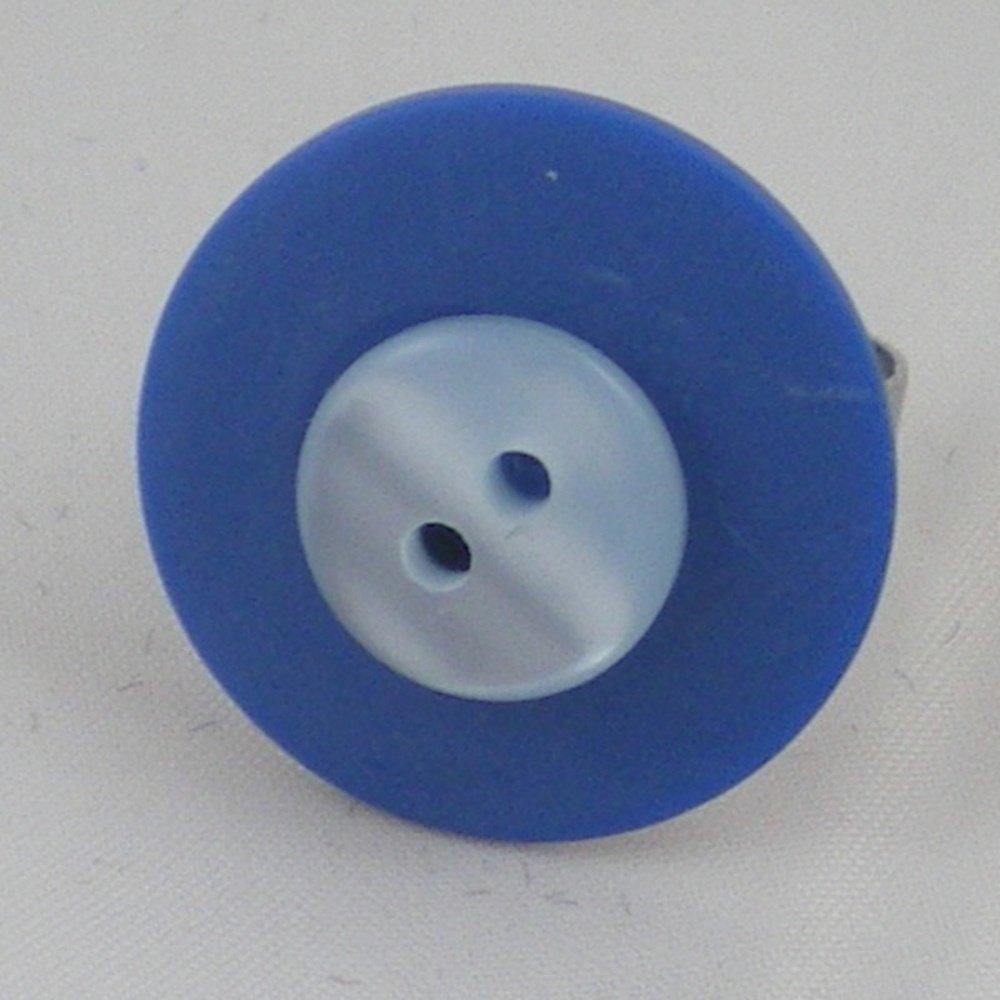 Bague composée d'un bouton bleu foncé et d'un bouton bleu ciel fixés sur un support de bague ajustable