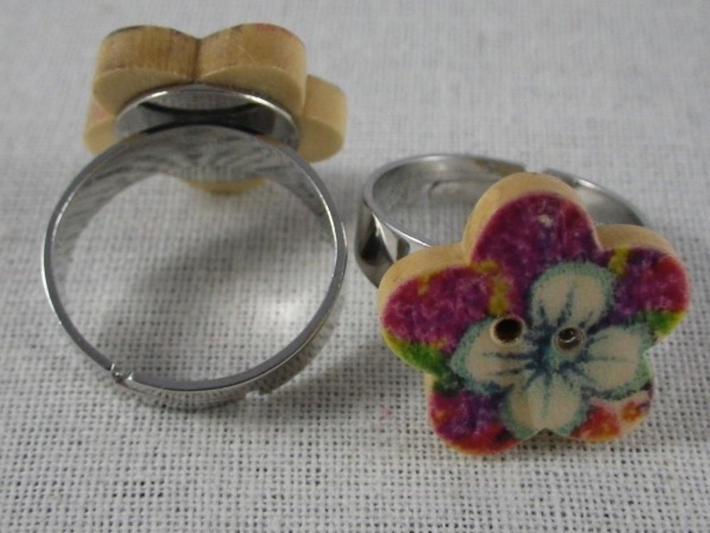 Bague bouton fleur en bois fleur blanche fond rose