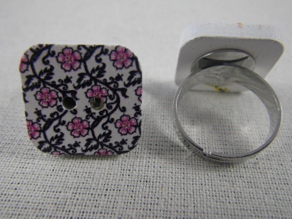Bague bouton carré en bois fleurs roses et noires